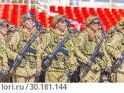 Купить «Russia Samara May 2018: Soldiers with automatic weapons.», фото № 30181144, снято 5 мая 2018 г. (c) Акиньшин Владимир / Фотобанк Лори