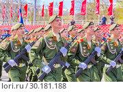 Купить «Russia Samara May 2018: Soldiers with automatic weapons.», фото № 30181188, снято 5 мая 2018 г. (c) Акиньшин Владимир / Фотобанк Лори