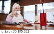 Купить «A young muslim women sitting and talking in modern cafe. A woman stir a bright drink with a straw», видеоролик № 30195632, снято 22 июля 2019 г. (c) Константин Шишкин / Фотобанк Лори