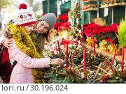 Girl with mother choosing floral decoration. Стоковое фото, фотограф Яков Филимонов / Фотобанк Лори