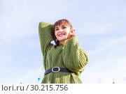 Купить «Девушка в теплом зеленом свитере. Зима», фото № 30215756, снято 17 февраля 2019 г. (c) Момотюк Сергей / Фотобанк Лори