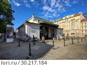 """Купить «Станция метро """"Пильграмгассе"""", построенная по проекту знаменитого архитектора Отто Вагнера. Район Маргаретен, город Вена, Австрия», фото № 30217184, снято 17 июля 2017 г. (c) Bala-Kate / Фотобанк Лори"""