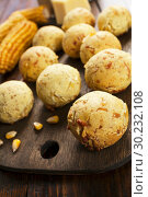 Купить «Сырные шарики из кукурузной муки. Домашняя кухня», фото № 30232108, снято 23 ноября 2018 г. (c) Надежда Мишкова / Фотобанк Лори
