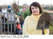 Купить «Female gardener standing with spade», фото № 30233260, снято 24 августа 2019 г. (c) Яков Филимонов / Фотобанк Лори