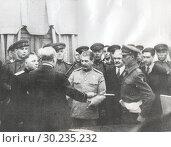 Уинстон Черчилль вручает Сталину «Меч чести» за битву под Сталинградом на Тегеранской конференции. Стоковое фото, фотограф Retro / Фотобанк Лори