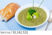 Купить «Creamy broccoli soup with baguette», фото № 30242532, снято 23 марта 2019 г. (c) Яков Филимонов / Фотобанк Лори