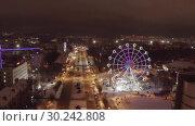 Купить «Panorama of the Russian city of Kirov from a height on a winter night. Oktyabrsky Avenue and Ferris Wheel in the New Year holidays», видеоролик № 30242808, снято 5 марта 2019 г. (c) Mikhail Starodubov / Фотобанк Лори