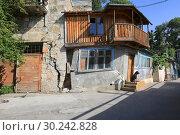 Купить «Старый дом на улице в Гурзуфе. Крым», фото № 30242828, снято 1 июля 2017 г. (c) Яна Королёва / Фотобанк Лори