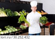 Купить «Man cook deciding on best vegetables», фото № 30252432, снято 23 ноября 2016 г. (c) Яков Филимонов / Фотобанк Лори