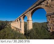 Купить «Roman aqueduct in city of Taragona in summer», фото № 30260916, снято 31 января 2018 г. (c) Татьяна Яцевич / Фотобанк Лори