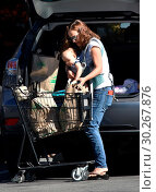 Купить «New mom Natalie Portman takes baby Amalia grocery shopping Featuring: Natalie Portman, Amalia Millepied Where: Los Angeles, California, United States When: 24 Oct 2017 Credit: WENN.com», фото № 30267876, снято 24 октября 2017 г. (c) age Fotostock / Фотобанк Лори