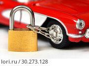 Купить «Автомобильное колесо на замке с цепью. Защита автомобиля от угона», эксклюзивное фото № 30273128, снято 9 марта 2019 г. (c) Юрий Морозов / Фотобанк Лори