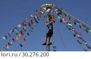 Купить «Мужчина лезет на масленичный столб за подарками. Празднование Масленицы», видеоролик № 30276200, снято 11 марта 2019 г. (c) А. А. Пирагис / Фотобанк Лори