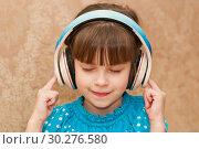 Купить «Ребенок в наушниках слушает музыку», фото № 30276580, снято 14 января 2019 г. (c) WalDeMarus / Фотобанк Лори