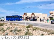 Купить «Туристический автобус компании Pegas Touristik остановился у сувенирной лавки дороге через пустыню Сахара. Тунис, Африка», фото № 30293832, снято 2 мая 2012 г. (c) Кекяляйнен Андрей / Фотобанк Лори