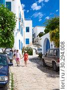 Туристы гуляют по центральным улицам сине-белого города Сиди-Бу-Саид (Sidi Bou Said). Тунис, Африка (2012 год). Редакционное фото, фотограф Кекяляйнен Андрей / Фотобанк Лори