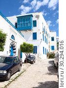 Центральные жилые улицы сине-белого города Сиди-Бу-Саид (Sidi Bou Said). Тунис, Африка (2012 год). Редакционное фото, фотограф Кекяляйнен Андрей / Фотобанк Лори