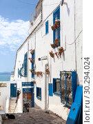 Центральные улицы сине-белого города Сиди-Бу-Саид (Sidi Bou Said) с красивыми фасадами и узкими лестницами. Тунис, Африка (2012 год). Редакционное фото, фотограф Кекяляйнен Андрей / Фотобанк Лори