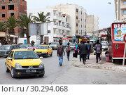 Купить «Городской пейзаж с автомобилями и жителями небольшого городка. Тунис, Африка», фото № 30294068, снято 7 мая 2012 г. (c) Кекяляйнен Андрей / Фотобанк Лори