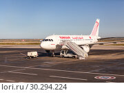 Аэробус A319 авиакомпании Tunisair с номером TS-IMK в международном аэропорту Хабиб Бургиба, Тунис, Африка (2012 год). Редакционное фото, фотограф Кекяляйнен Андрей / Фотобанк Лори