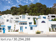 Синие и белые жилые здания в нижней части деревни Сиди-Бу-Саид 9Sidi Bou Said). Тунис, Африка. (2012 год). Редакционное фото, фотограф Кекяляйнен Андрей / Фотобанк Лори