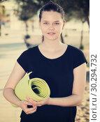 Купить «Young girl in black T-shirt is preparing for fitness», фото № 30294732, снято 15 мая 2017 г. (c) Яков Филимонов / Фотобанк Лори
