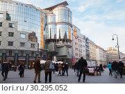 People walk on the Stephansplatz (2015 год). Редакционное фото, фотограф EugeneSergeev / Фотобанк Лори