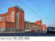 Купить «Москва, Новорязанская улица, 4-й автобусный парк», фото № 30295496, снято 15 апреля 2018 г. (c) Dmitry29 / Фотобанк Лори