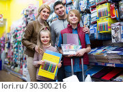 Parents and children buying writing materials. Стоковое фото, фотограф Яков Филимонов / Фотобанк Лори