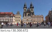 Купить «Солнечный день на Староместской площади. Прага, Чешская Республика», видеоролик № 30300672, снято 21 апреля 2018 г. (c) Виктор Карасев / Фотобанк Лори