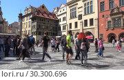 Купить «Туристы на Староместской площади солнечным днем. Прага», видеоролик № 30300696, снято 21 апреля 2018 г. (c) Виктор Карасев / Фотобанк Лори