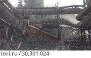 Купить «Доменная печь с инфраструктурой на металлургическом заводе во время снегопада», видеоролик № 30301024, снято 11 марта 2019 г. (c) Кекяляйнен Андрей / Фотобанк Лори