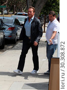 Arnold Schwarzenegger and his son Patrick Schwarzenegger getting ... (2017 год). Редакционное фото, фотограф WENN.com / age Fotostock / Фотобанк Лори