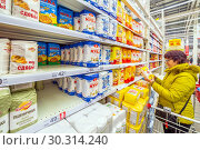 Купить «Russia Samara March 2019: beautiful mature women choose flour in a supermarket. Wheat flour, magician, buns, staroskol'skaya, rye, discount, sugar, extra», фото № 30314240, снято 1 марта 2019 г. (c) Акиньшин Владимир / Фотобанк Лори
