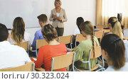 Купить «Mature female speaker giving presentation for students in lecture hall», видеоролик № 30323024, снято 15 октября 2018 г. (c) Яков Филимонов / Фотобанк Лори