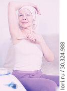 Купить «Woman doing body hair removal», фото № 30324988, снято 21 марта 2017 г. (c) Яков Филимонов / Фотобанк Лори