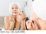 Купить «Woman doing body hair removal», фото № 30324996, снято 21 марта 2017 г. (c) Яков Филимонов / Фотобанк Лори