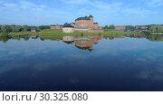 Купить «Вид на старинную крепость Хамеенлинна на берегу озера Ванаявеси в летнем пейзаже (аэросъемка). Финляндия», видеоролик № 30325080, снято 24 июля 2018 г. (c) Виктор Карасев / Фотобанк Лори