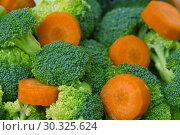 Сырые овощи, брокколи и ломтики моркови. Стоковое фото, фотограф Dmitry29 / Фотобанк Лори