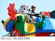 Купить «Mo Farah out and about in Legoland resort Windsor with his family earlier today Featuring: Mo Farah, Hussein Farah Where: Windsor, United Kingdom When: 01 Sep 2017 Credit: WENN.com», фото № 30343084, снято 1 сентября 2017 г. (c) age Fotostock / Фотобанк Лори