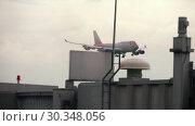 Купить «Airplane approaching before landing», видеоролик № 30348056, снято 11 ноября 2017 г. (c) Игорь Жоров / Фотобанк Лори