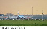 Купить «KLM Cityhopper Embraer ERJ-175 approaching», видеоролик № 30348416, снято 25 июля 2017 г. (c) Игорь Жоров / Фотобанк Лори