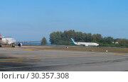 Купить «Airplane taxiing before departure», видеоролик № 30357308, снято 4 декабря 2018 г. (c) Игорь Жоров / Фотобанк Лори