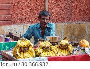 Купить «Indian man sells bananas», фото № 30366932, снято 16 ноября 2012 г. (c) Игорь Жоров / Фотобанк Лори