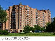 Купить «Двенадцатиэтажный шестиподъездный кирпичный жилой дом (построен в 1997 году по индивидуальному проекту). Дубнинская улица, 26, корпус 1. Район Восточное Дегунино. Город Москва», эксклюзивное фото № 30367924, снято 23 июня 2015 г. (c) lana1501 / Фотобанк Лори
