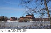 Купить «Мартовский день на озере Ванаявеси. Вид на старинную крепость города Хамеенлинна. Финляндия», видеоролик № 30373384, снято 2 марта 2019 г. (c) Виктор Карасев / Фотобанк Лори