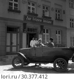 Купить «Berlin, GDR, Oldtimer F5 of the automobile manufacturer MAF stops in front of the pub Zur Letzte Instanz (last instance)», фото № 30377412, снято 14 июля 1964 г. (c) Caro Photoagency / Фотобанк Лори