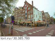Купить «Облачный сентябрьский день в историческом центре Амстердама. Нидерланды», фото № 30385780, снято 30 сентября 2017 г. (c) Виктор Карасев / Фотобанк Лори