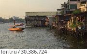 Купить «Вечер на реке Чаупхрая. Бангкок, Таиланд», видеоролик № 30386724, снято 27 декабря 2018 г. (c) Виктор Карасев / Фотобанк Лори