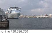 Купить «Круизный паром Silja Symphony в гавани Хельсинки  мартовским днем. Финляндия», видеоролик № 30386760, снято 8 марта 2019 г. (c) Виктор Карасев / Фотобанк Лори